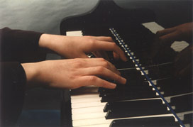 hands_playing_piano